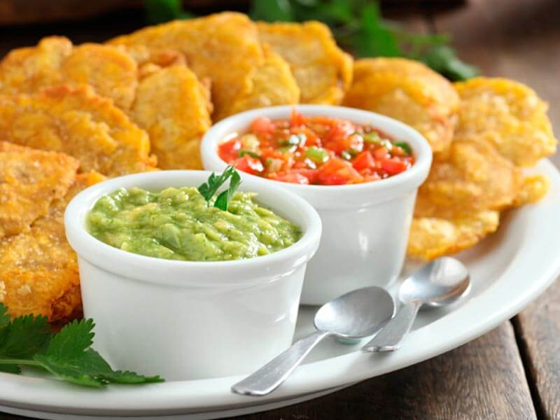Patacon con hogao y guacamole